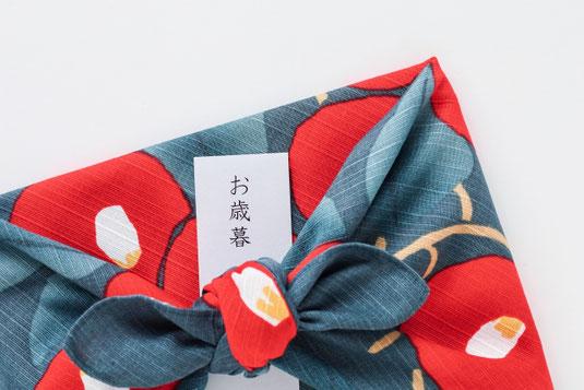 自動車の運転席から外の景色を眺める。車のハンドル。ナビゲーターの画面。