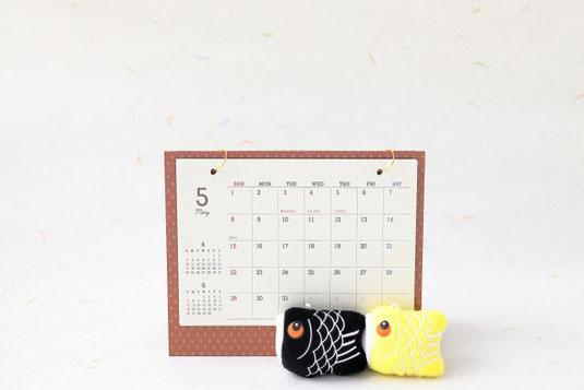 白のカップ&ソーサと白の目覚まし時計。