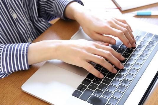 ピンクのリングノート、ハート形のクリップ、白のボールペン。