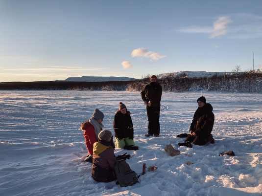 Eine Fika auf dem zugefrorene See genießen