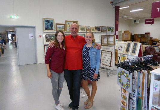 Sarah und Carolin mit Benny, dem Leiter des Erikshjälpen Secondhand Shops.