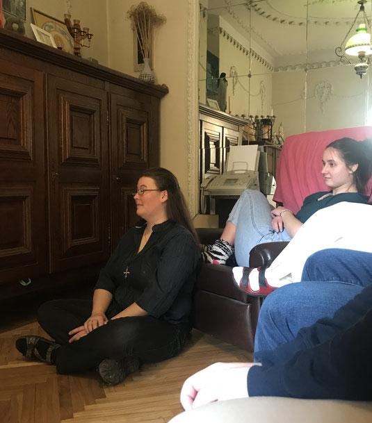 Schwester Hannah und Mitpraktikantin Sara