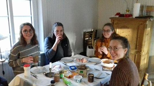 Fika mit Räucherfisch (v.l.: Clarita, Ricarda, Sonja, Hannah)