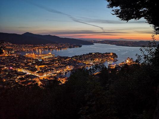 Bergen bei Nacht bietet jedes Mal aufs Neue ein grandioses Panorama.