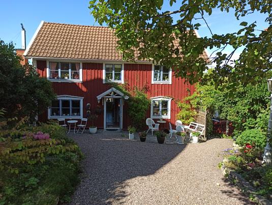 Die typischen roten Holzhäuser lassen sich in Schweden überall finden.