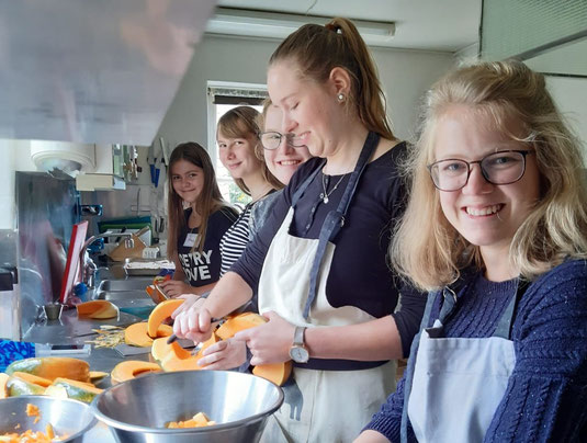 Sofia (1.v.r.) mit weiteren Praktikantinnen bei der Küchenarbeit