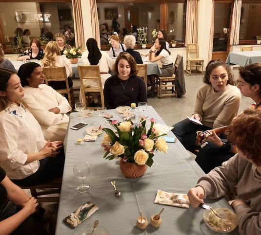Gemeinsamen Essen mit den Studentinnen und Schwestern