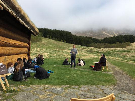 Picknick und Quiz vor dem Bischofssitz. Foto: Elisabeth Käufer