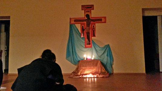 Taize Gebet in einem Jugendzentrum in Riga. Eine Gruppe katholischer Jugendlicher schafft sich selber Rahmen und Raum für pastorale Jugendarbeit – häufig nicht ohne Schwierigkeiten.