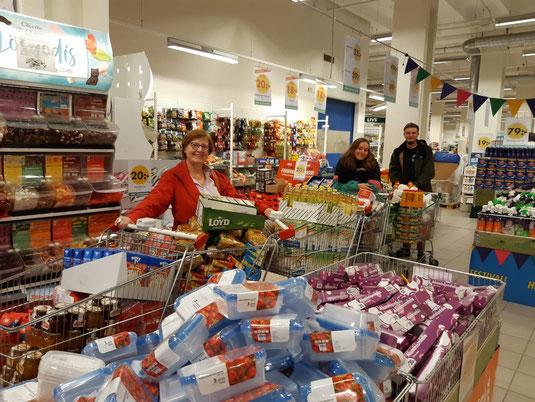 Einkaufen für die Caritas mit Manuel, Maria, Konrad und Sonja