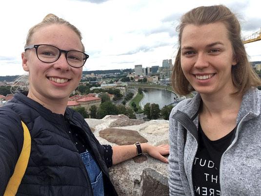Josephine Metasch und Greta Hartmann bei einem ihrer Ausflüge in Vilnius