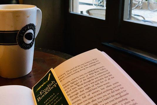 Lesen nach der Arbeit in einem Stockholmer Café