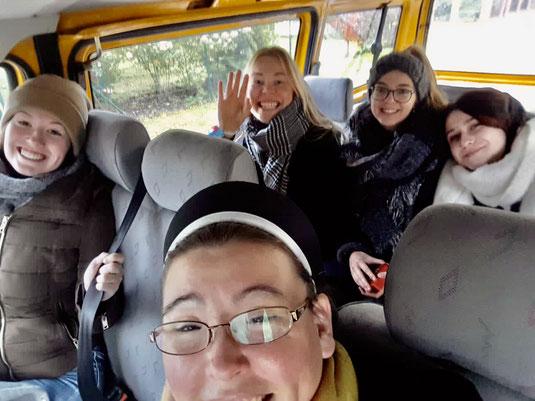 Eva, Sr. Hannah, Trui, Julia und Isabell im Boni-Bus