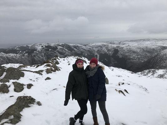 Greta mit ihrer Mitpraktikantin Franzi während ihres Norwegentrips