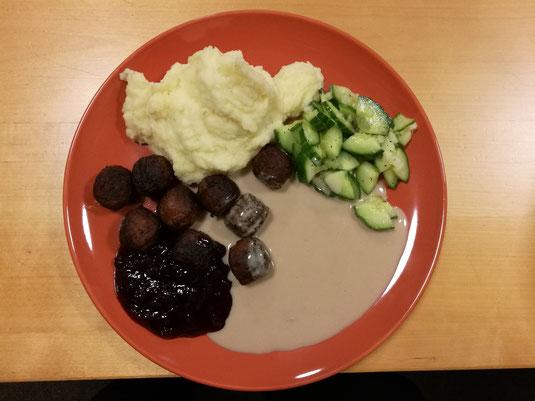 Schwedische Köttbullar mit Kartoffelbrei, Gurkensalat und Preiselbeermarmelade