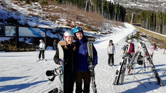 Pia und Hannes beim Skilaufen