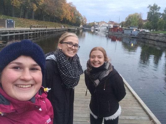 Miriam Schmelz, Magdalena Kollbeck und Pia Wittek bei einem Spaziergang durch das herbstliche Uppsala