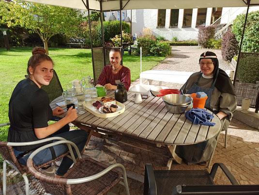 Emily, Lioba und Schwester Monika während der gemeinsamen Fika.