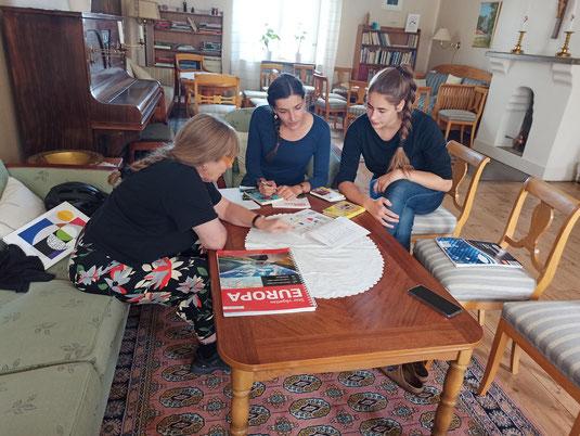 Luisa und Mitpraktikantin Emily beim Schwedisch lernen. (Foto: )