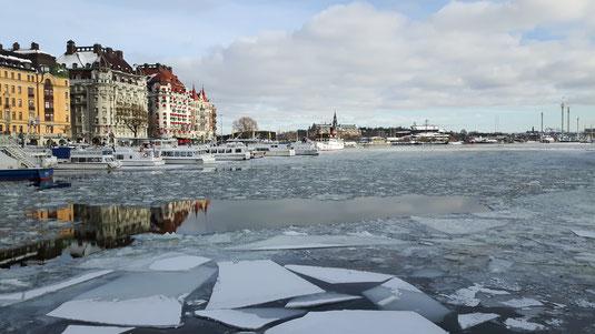 Eisschollen auf dem Mälarensee in Stockholm
