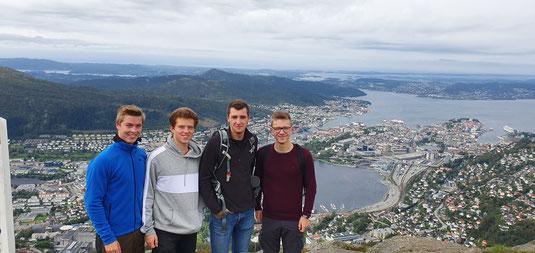 Unser ehemaliger Praktikant Hannes mit Lasse, Philipp und Thomas auf dem Ulriken, einer der Stadtberge Bergens