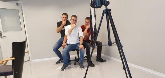 Philipp, Thomas und Lasse beim Fotografieren für das Jahrbuch