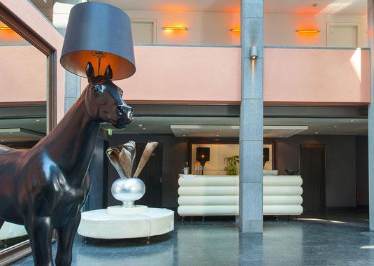 Hotelfotograf Frankfurt, Lobby, Pferd, Statue, Lampe, Empfang, Hotel in Frankfurt