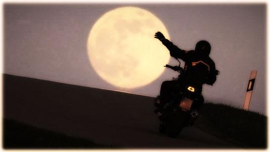 """(Foto: dpa) Für Motorradbegeisterte wie mich eine tolle Aufnahme virtuell zu Papier gebracht: """"Towards The Super Moon""""                                                (mehr zum Motorradfahren im Selfkant & Umgebung unter https://www.manus-motobiketours.de)"""
