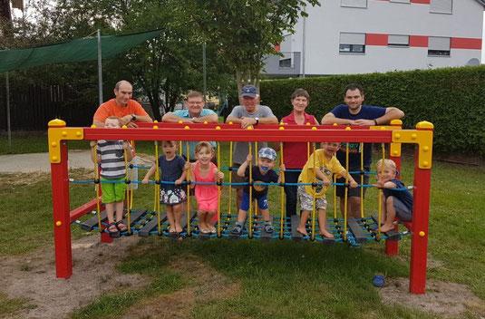 Gemeinsam mit den Kindern freuen sich Roland Rauch, zweiter Bürgermeister Gerhard Kres, Hermann Frischholz, Helga Goschler und Sebastian Hartl (von links nach rechts) über den neuen Klettersteg.