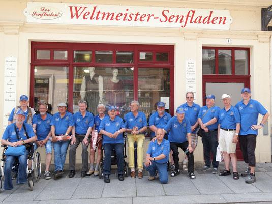Die Teilnehmer der Skatclubfahrt nach Altenburg im Anschluss an die Senfverkostung im Weltmeistersenfladen