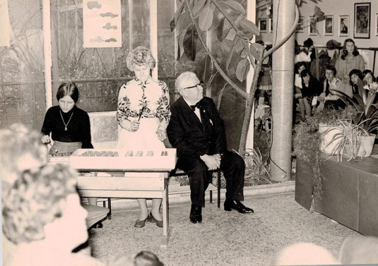 Aula der Volksschule ca. 1974: Dir. Karl Wally, links Gerti Bartke (Glatz)