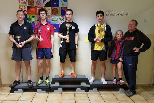 Siegerfoto Bewerb F: v.l.n.r. Felix Schallock (LENZ) / Michael Holzmann (LENZ) (beide Platz 3), Lukas Ruhedorffer (OLY) (Sieger), Raffael Bangiew (HAK) (Platz 2) mit Pia & Markus Geineder (Vereinsobmann ATUS Langenzersdorf)