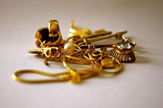 Bijouterie Aur'Or rachète et revend au juste prix votre or dentaire, vos bijoux anciens ou modernes, vos lingots d'or mais aussi vos bagues ou pendentifs en pierres précieuses, vos diamants, vos perles de culture.