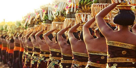 femmes portant les offrandes pour la cérémonie de Galungan à Bali