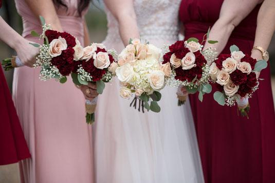 """Bei den """"GRUPPENFOTOS"""" gibt es zahlreiche Konstellationen des Brautpaars mit Eltern und Schwiegereltern, mit den Trauzeugen, nur die Braut und der Bräutigam, Braut und die Brautjungfern, Bräutigam mit seinen Freunden und typische Männer Aufnahmen"""