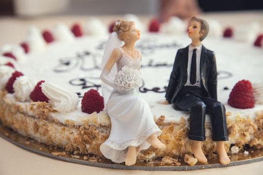 """Der """"TORTENANSCHNITT"""" wird von allen Gästen gespannt erwartet. Wie sieht wohl die Torte aus? Wer hat die Hand am Messer oben? In diesem Moment entstehen ebenfalls lustige Szenen und wunderbare Detailaufnahmen der Torte, Tischdekoration, Blumenschmuck"""