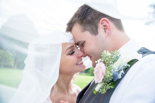 """Beim """"BRAUTPAAR-SHOOTING"""" sind sich die Brautpaar oft unsicher wann das stattfinden soll und wie viel Zeit ihr einplanen müsst. Ein kleiner Tipp von uns: in den Morgen- oder Abendstunden stehen die Lichtverhältnisse perfekt für traumhafte Aufnahmen."""