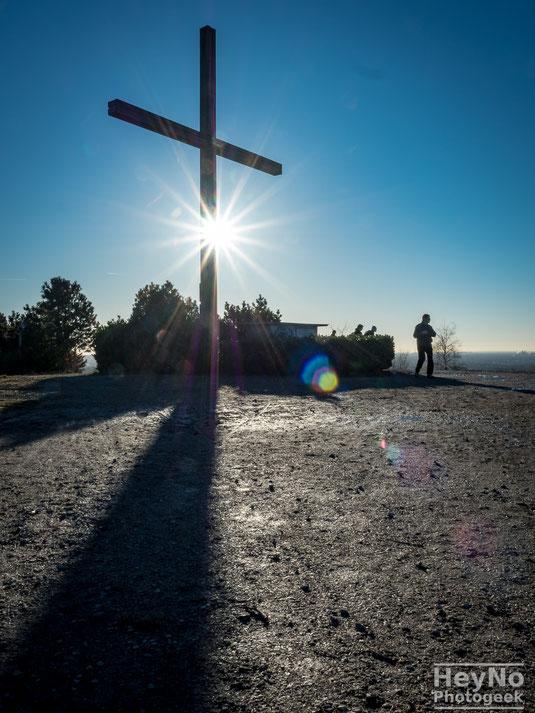 Das Gipfelkreuz unterhalb des Gipfels, am Ende des Kreuzweges