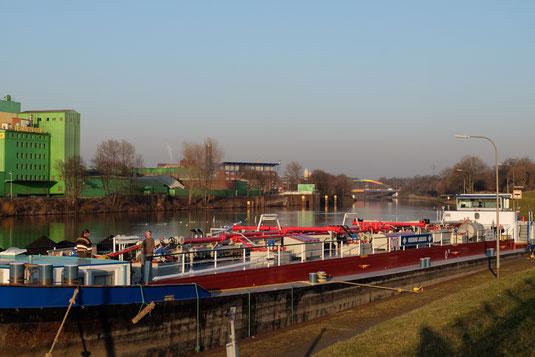Am Kanal bei Duisburg