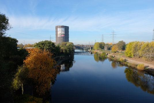 Gasometer am Kanal. Rechts ist neben dem Kanal der Radweg zu sehen.