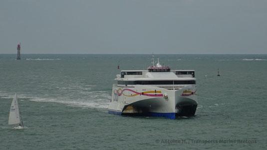 Le HSC Condor Liberation de Condor Ferries entrant dans le port de Saint-Malo.