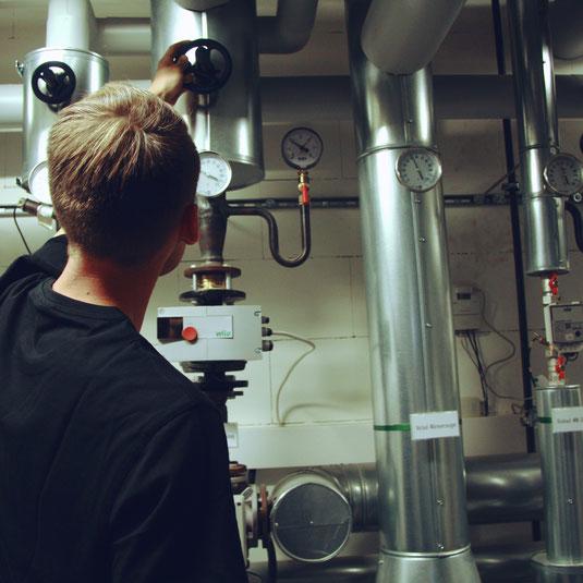 Anlagenmechaniker bei HLS Karben bei der Arbeit