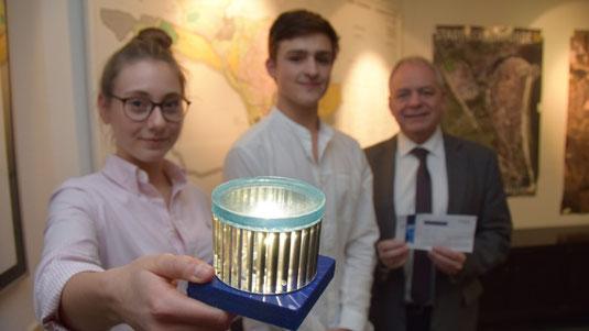 LightECK Vorstandsvorsitzender Niklas Köhler und Stellv. Vorstandsvorsitzende Finja Möller, präsentieren bei einem Besuch bei Bürgermeister Jörg Sibbel den Prototypen.