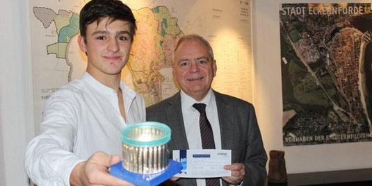 LightECK Vorstandsvorsitzender Niklas Köhler präsentiert bei einem Besuch bei Bürgermeister Jörg Sibbel den Prototypen.