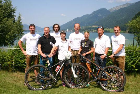 Tourismusmanager, Organisatoren, Funktionäre und die beiden Staatsmeisterinnen von Österreich und Deutschland ziehen im Vorfeld der Challenge werbemäig an einem Strang. Foto: WaPA