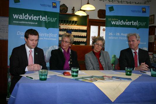v.l.n.r.:  Andreas Schwarzinger (Gf. Waldviertel-Tourismus), Grasl-Wirtin Anni Rehatschek, LR Petra Bohuslav und Bierbrauer Karl Schwarz. Foto: WaPA