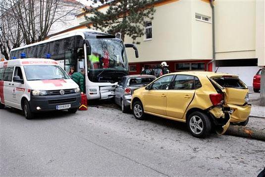 Ein demolierter Bus, zwei kaputte Autos und ein umgestürzter Baum, so sah es nach dem Unfall bei der BORG-Turnhalle aus. Foto: FF Krems