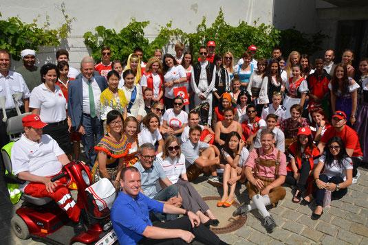 """Der Auftakt des Jugendcamps bildet immer das traditionelle Get-together im Rathaus. Von Bürgermeister Hubert Meisl und den Rotkreuz-Verantwortlichen Dr. Willi Wolf und Betreuer Philipp Pechhacker, gab es für alle wieder ein """"warmly welcome""""."""