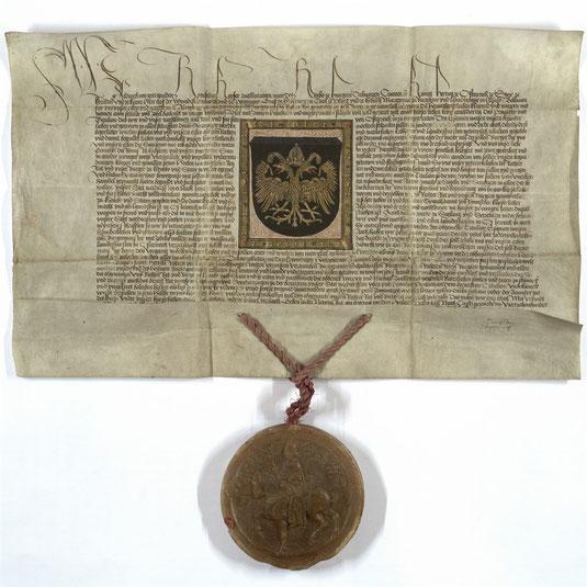 Das Original der Kaiserlichen Urkunde mit der farbenprächtigen Wappenvorlage ist im Museum Krems ausgestellt. © Stadt Krems