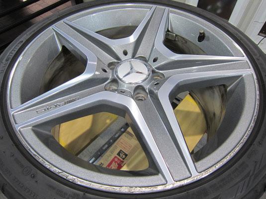 メルセデス・ベンツC300アバンギャルドSの18インチ純正オプションホイール4本のガリ傷・すりキズ・欠けのリペア(修理・修復・再生)前1本目の写真